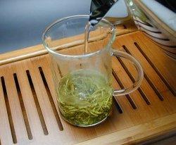 耐熱グラスに茶葉を入れ、お湯を注ぐ