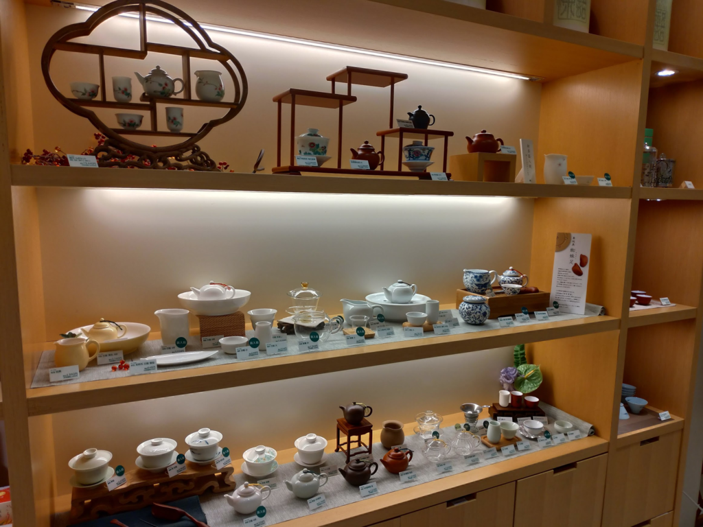 新宿高島屋Tea Salonの一角、いろいろな茶器が並んでいます