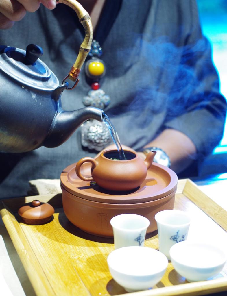 工夫茶を実践してもらっている一コマ、台中の秋山堂にて