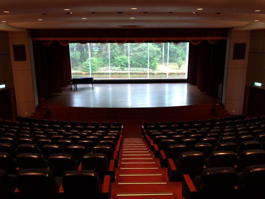 カバランウィスキー蒸留所ビジターセンター、大ホールで会社概要の映画を観る