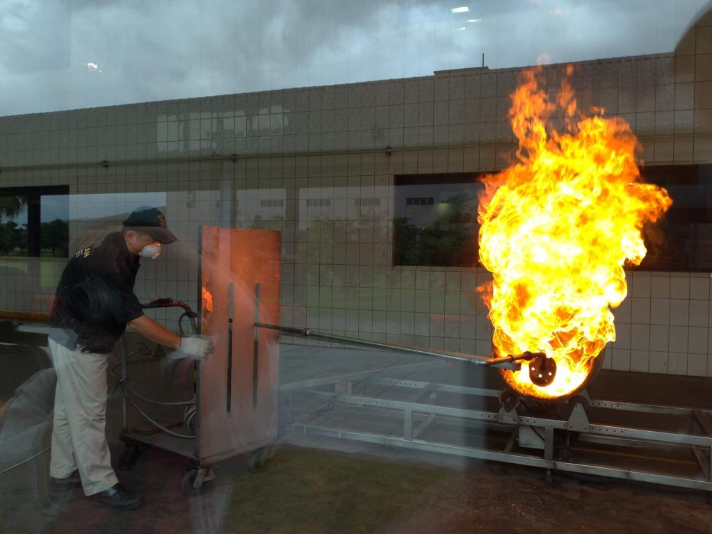 カバランウィスキー蒸留所、樽焼き工程の実演、熱気がすごい!