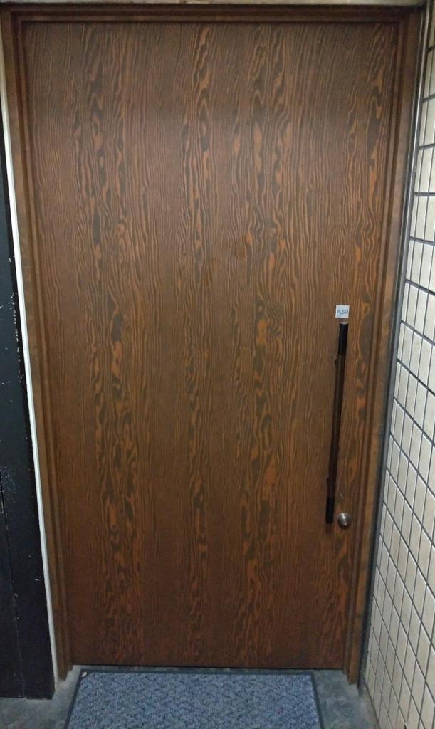 Barの入り口は重厚なドアが多い、さあ入ってみましょう!