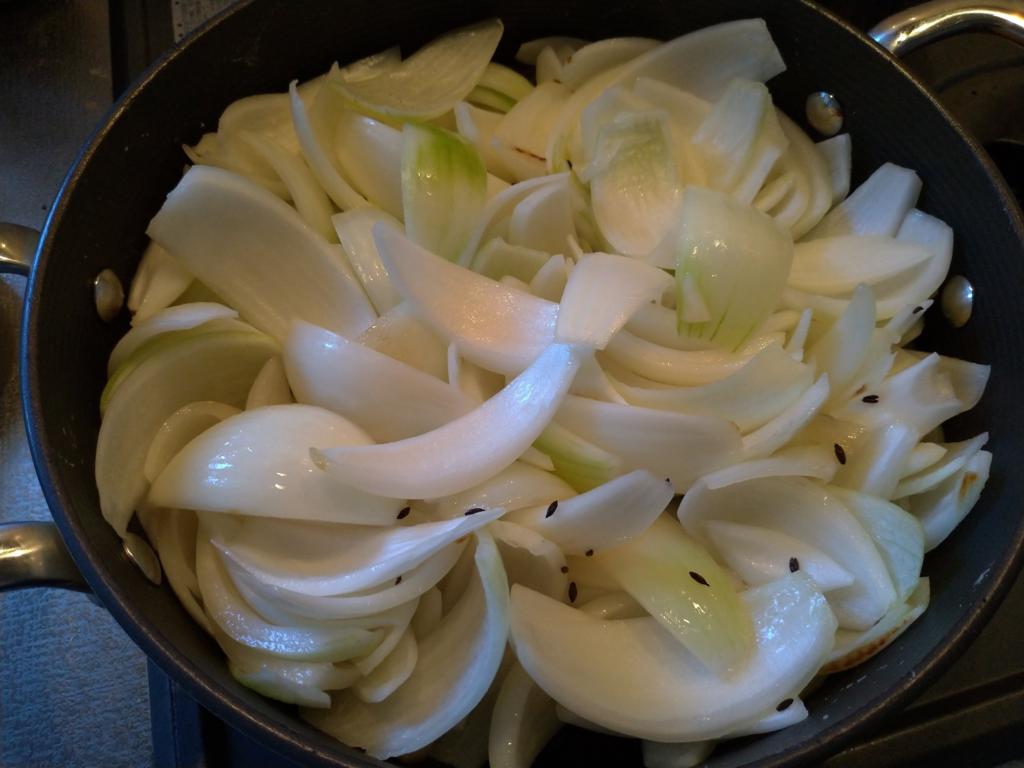 タマネギを投入し、飴色になるまで炒める(1)