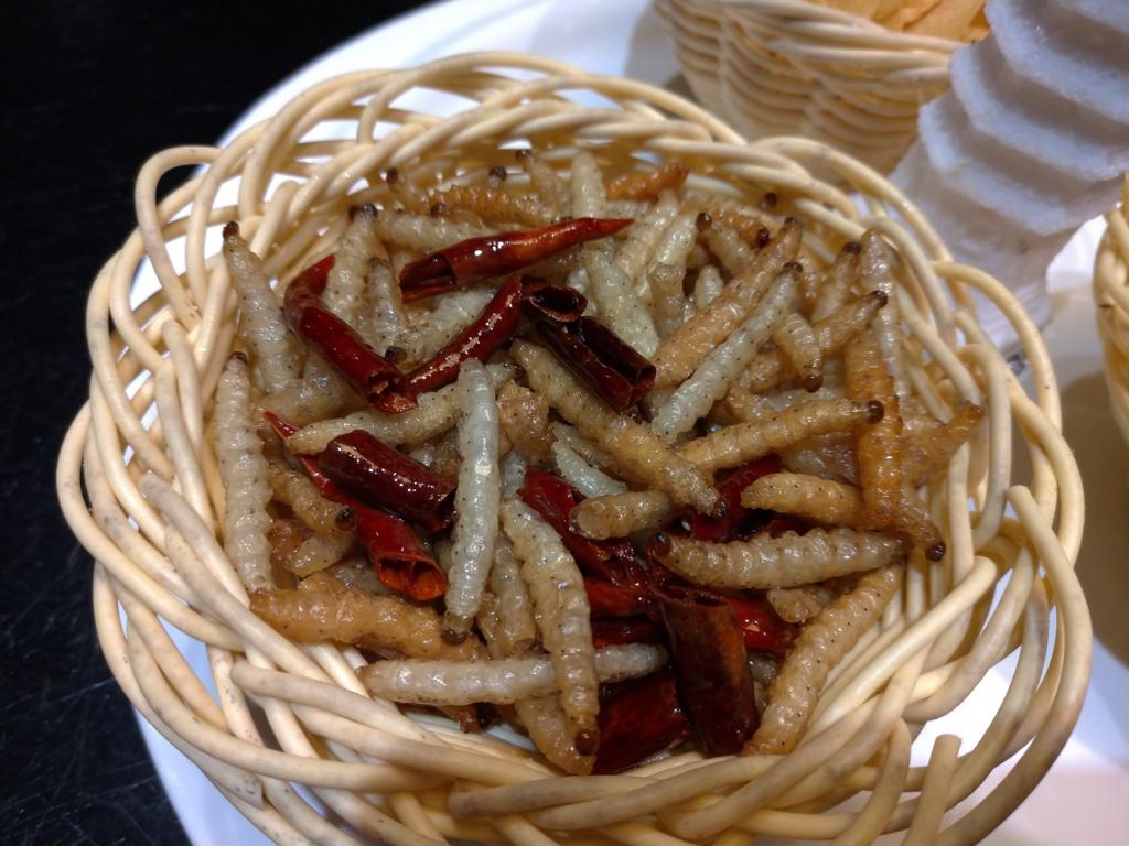 雲南省での食事、赤い部分は唐辛子、白い部分が竹虫