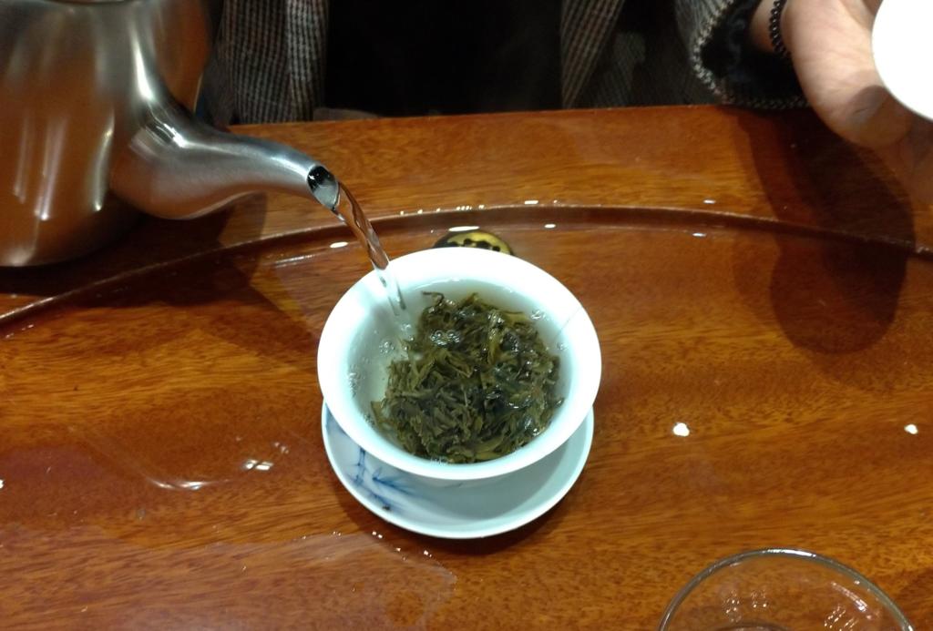 プーアル茶の試飲、蓋碗で淹れていただく