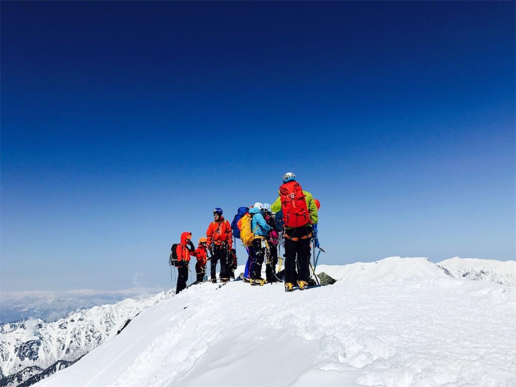 カラフルな服で登山する人たち
