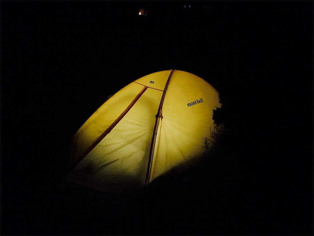 ランタンのついたテント