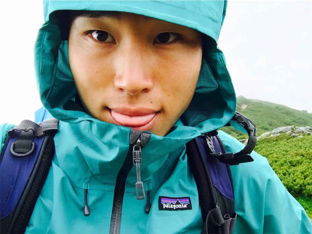 クラウドリッジジャケットを着用して登山する男性