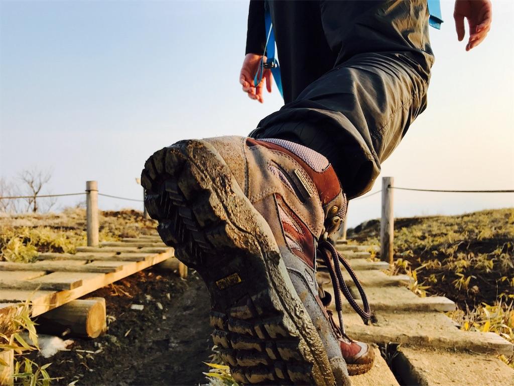 登山靴を履いて登山する女性