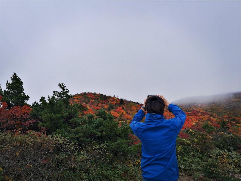 安達太良山の紅葉の写真を撮る南蒼樹