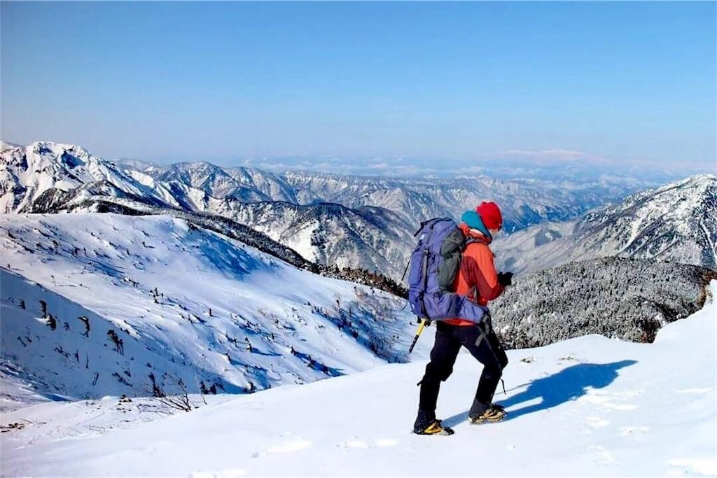 冬の北アルプスの稜線を歩く南蒼樹