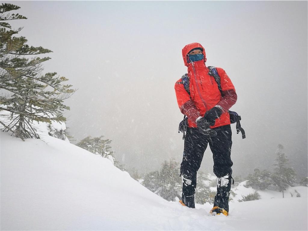 ハードシェルを着て登山するハイカー