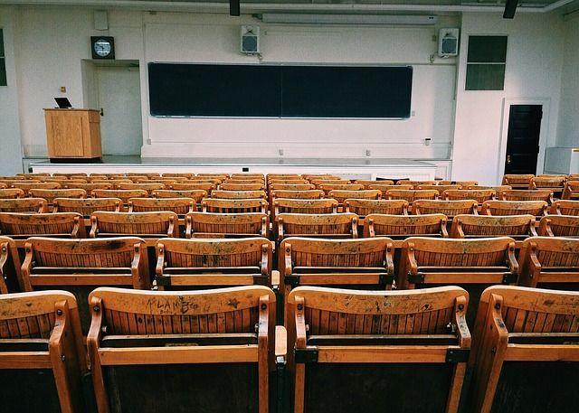 大学の講堂。WokandapixによるPixabayからの画像