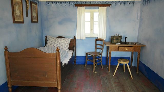 壁紙が青い古い部屋