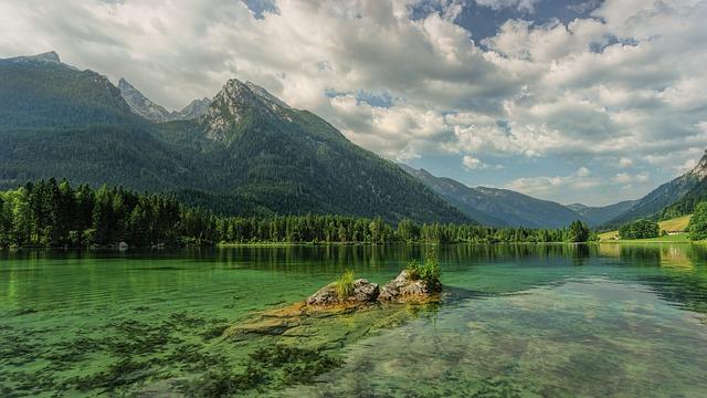自然豊かな湖と山の風景