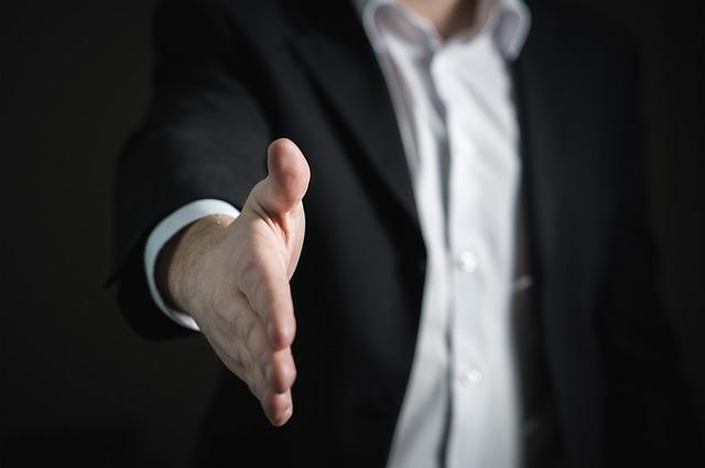 握手を求める1人のスーツ姿の男性