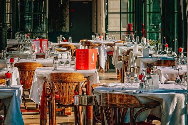 装飾されたレストランの店内