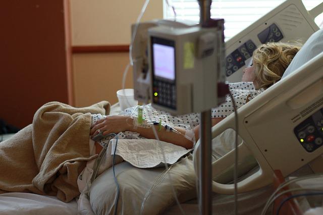 病室で寝たきりの1人の女性