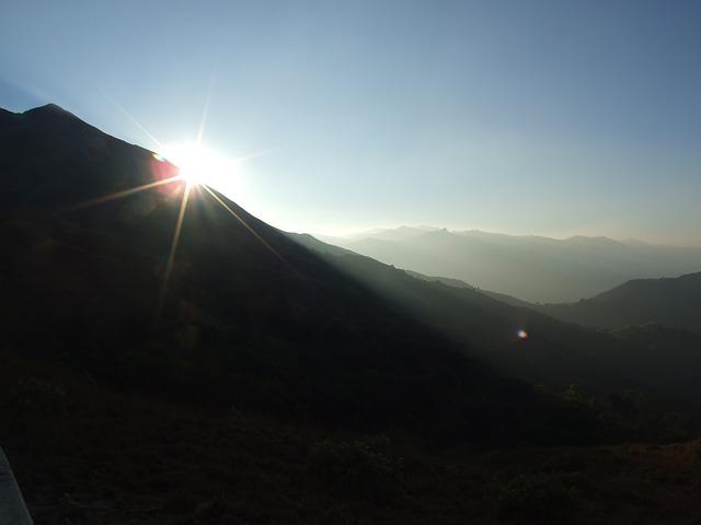 山間から見え始めている朝日