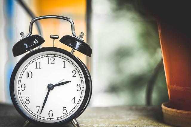 モノクロデザインの目覚まし時計