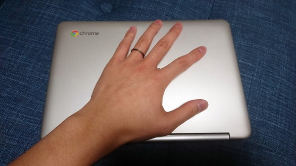 ASUS Chromebook Flip C101PAと広げた手で大きさの対比