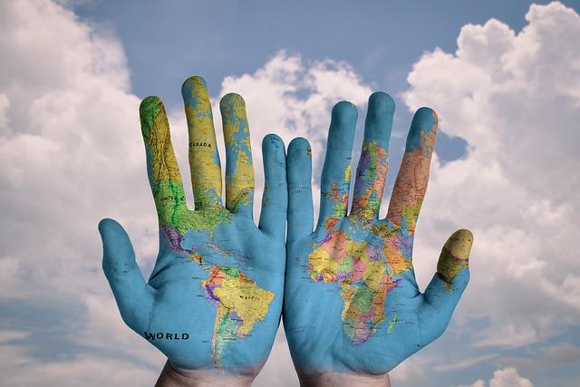 両手に描いた世界地図