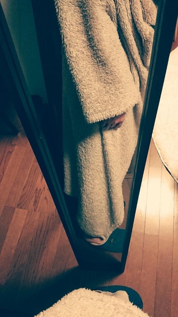 ニトリの「着る毛布」を着用している写真