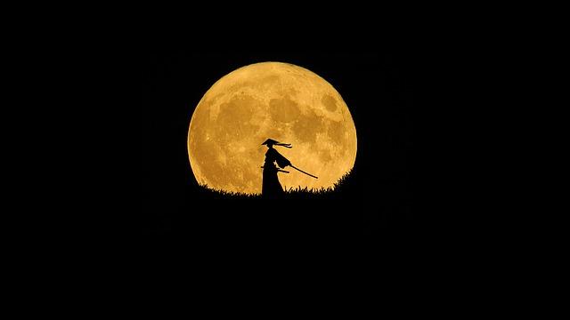 満月の夜に一人佇む侍
