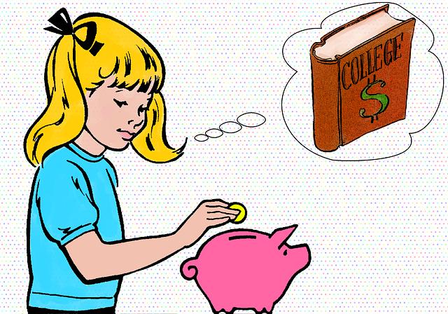 ブタの貯金箱にお金を入れる女の子
