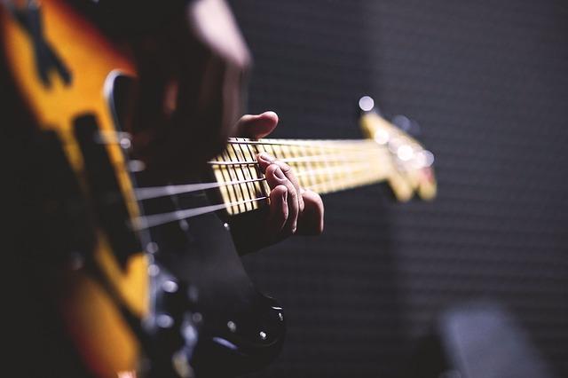 ベースを演奏している人