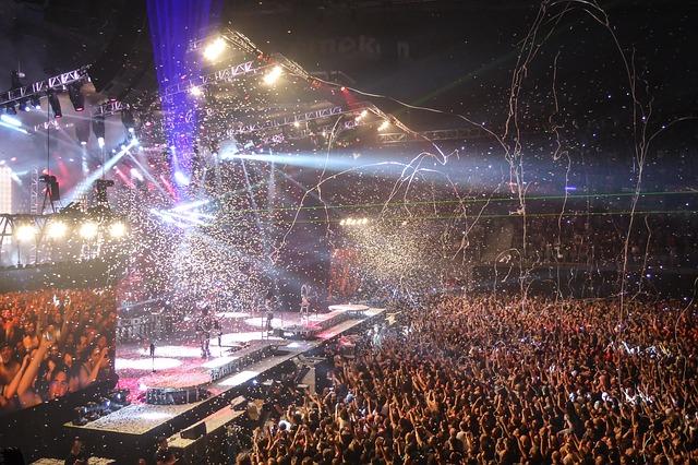 フィナーレを迎えて熱狂しているコンサート会場の様子