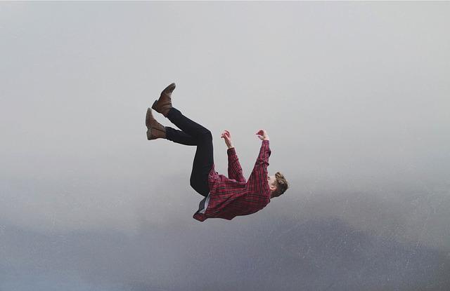 空中を落下している1人の男性