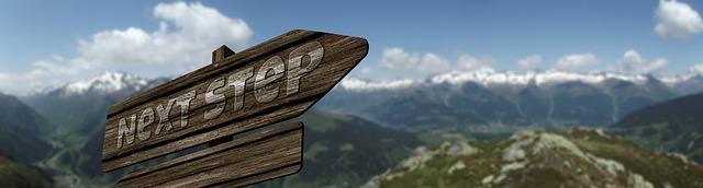 「次のステップへ」と書かれた矢印看板