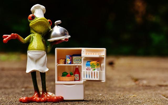 冷蔵庫を開けて料理を持っているカエル
