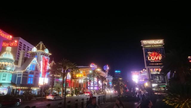 ネオン輝く夜のラスベガスの街並み
