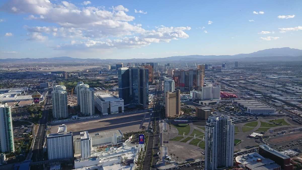 ストラトスフィアタワーの展望台から眺めたラスベガスの街並み