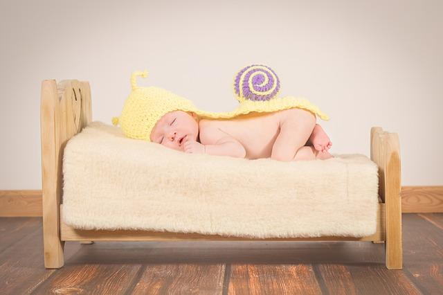 ベッドでうつ伏せに寝ている赤ちゃん