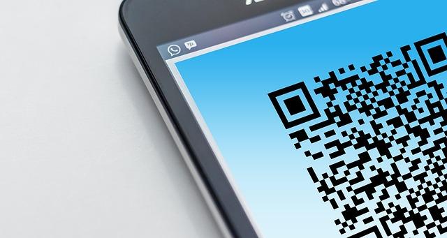QRコードが画面に表示されたスマートフォン