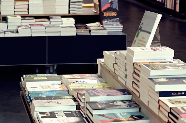 本屋の山積みされた本