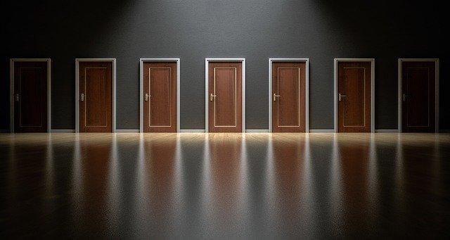 7つのドアが並んだ部屋