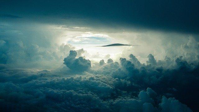 雲の上から眺めた空