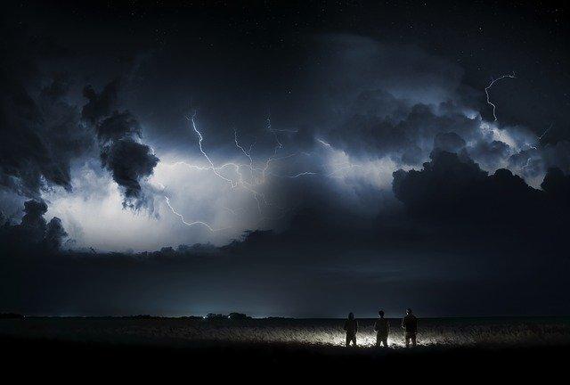 遠くの嵐を見つめる