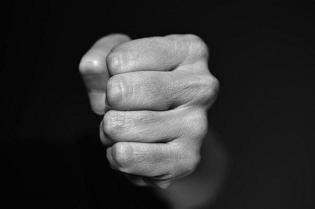 握りしめた拳