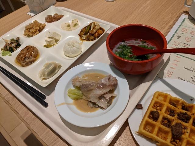 朝食ビュッフェの盛り付けたプレート