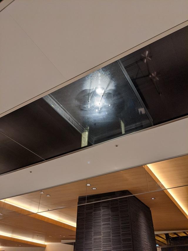 水滴をたらして波紋を投射する天井照明