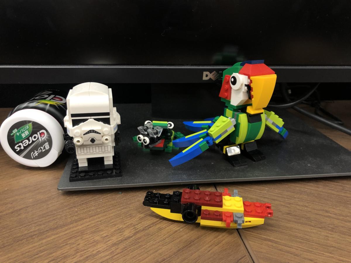 デスクに並ぶ完成したレゴの作品