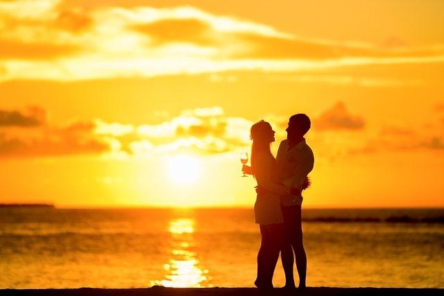夕日の中で抱き合っている男女