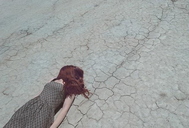 道端に倒れ込んでいる人