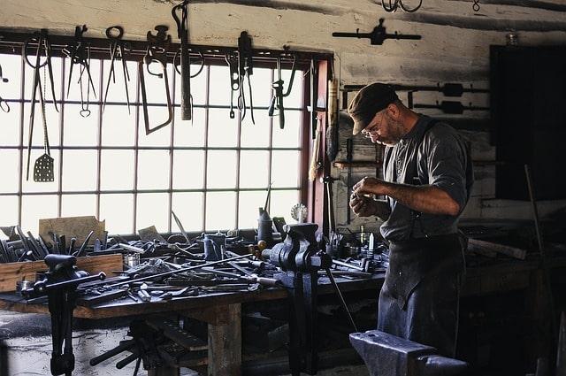 工場で手作業をしている男性