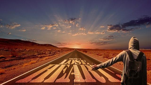道を歩き出す人